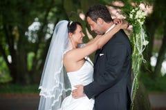 Η νύφη αγκαλιάζει το νεόνυμφό του Στοκ Φωτογραφίες