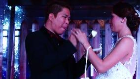 Ο νεόνυμφος εξυπηρετεί το γαμήλιο κέικ στη νύφη στην παραδοσιακή τελετή γαμήλιων κέικ απόθεμα βίντεο