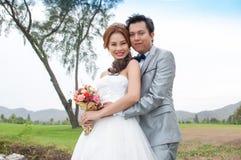 Ο νεόνυμφος και η νύφη αγκαλιάζουν στοκ φωτογραφία