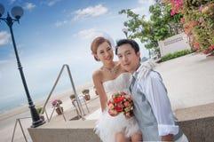 Ο νεόνυμφος και η νύφη αγκαλιάζουν στοκ εικόνες