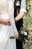 Ο νεόνυμφος και η νύφη αγκαλιάζουν στοκ εικόνα με δικαίωμα ελεύθερης χρήσης