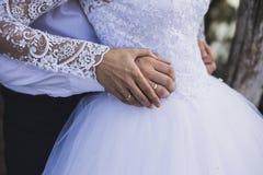 Ο νεόνυμφος και η νύφη κρατούν τα χέρια Στοκ Φωτογραφία