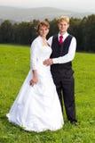 Ο νεόνυμφος και η νύφη στο λιβάδι Στοκ φωτογραφία με δικαίωμα ελεύθερης χρήσης