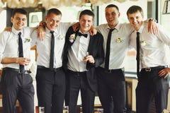 Ο νεόνυμφος και οι φίλοι του θέτουν σε ένα εστιατόριο Στοκ Εικόνες