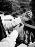 Ο νεόνυμφος κλείνει τα μανικετόκουμπά του Στοκ εικόνα με δικαίωμα ελεύθερης χρήσης