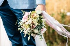 Ο νεόνυμφος κρατά μια γαμήλια ανθοδέσμη Καλλιεργημένη εικόνα Στοκ φωτογραφία με δικαίωμα ελεύθερης χρήσης