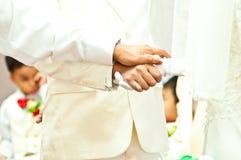 Ο νεόνυμφος κρατά ότι η νύφη παραδίδει τη ημέρα γάμου Στοκ Φωτογραφίες
