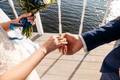 Ο νεόνυμφος ντύνει το δαχτυλίδι αρραβώνων νυφών ` s στο δάχτυλο Στοκ φωτογραφία με δικαίωμα ελεύθερης χρήσης