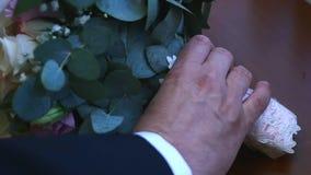 Ο νεόνυμφος παίρνει τη γαμήλια ανθοδέσμη νυφών ` s, που περνά από τον πίνακα απόθεμα βίντεο