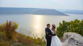 Ο νεόνυμφος πηγαίνει στη νύφη που πυροβολείται σε σε αργή κίνηση απόθεμα βίντεο