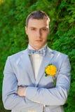 Ο νεόνυμφος σε ένα μπλε κοστούμι Στοκ εικόνα με δικαίωμα ελεύθερης χρήσης