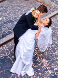 Ο νεόνυμφος φέρνει τη νύφη του πέρα από την πλάτη Στοκ εικόνα με δικαίωμα ελεύθερης χρήσης