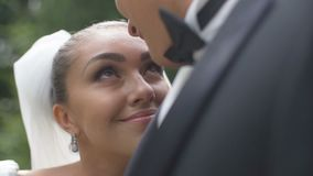 Ο νεόνυμφος φιλά την όμορφη χαμογελώντας νύφη στο κεφάλι Το ελκυστικό brunette κλίνει στο sho του ulder και απόθεμα βίντεο