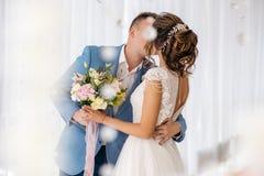 Ο νεόνυμφος φιλά τη νύφη στο δωμάτιο Στοκ Εικόνα