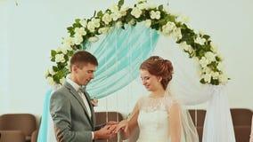 Ο νεόνυμφος φορά ένα γαμήλιο δαχτυλίδι στη νύφη απόθεμα βίντεο