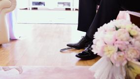 Ο νεόνυμφος φορά τα μαύρα παπούτσια απόθεμα βίντεο