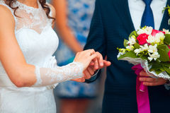 Ο νεόνυμφος φορά τη νύφη δαχτυλιδιών δέσμευση ευτυχής εκλεκτής ποιότητας γάμος ημέρας ζευγών ιματισμού τρισδιάστατος παραγμένος γ Στοκ Εικόνα