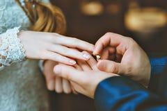 Ο νεόνυμφος φορά τη νύφη δαχτυλιδιών Στοκ εικόνες με δικαίωμα ελεύθερης χρήσης
