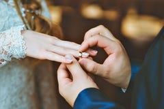 Ο νεόνυμφος φορά τη νύφη δαχτυλιδιών Στοκ Εικόνα