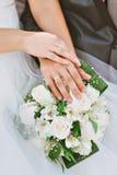 Ο νεόνυμφος φορά τη νύφη δαχτυλιδιών Στοκ φωτογραφίες με δικαίωμα ελεύθερης χρήσης