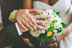 Ο νεόνυμφος φορά τη νύφη δαχτυλιδιών Στοκ Εικόνες