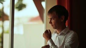 Ο νεόνυμφος φορά το πουκάμισό του πριν από έναν γάμο Συλλογές του νεόνυμφου απόθεμα βίντεο