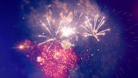 Ο νυχτερινός ουρανός με την εορταστική ανατίναξη πυροτεχνημάτων φιλμ μικρού μήκους
