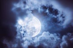 Ο νυχτερινός ουρανός με το νεφελώδες και φωτεινό φεγγάρι θα έκανε μια μεγάλη ΤΣΕ Στοκ εικόνα με δικαίωμα ελεύθερης χρήσης