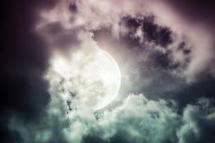 Ο νυχτερινός ουρανός με το νεφελώδες και φωτεινό φεγγάρι θα έκανε μια μεγάλη ΤΣΕ Στοκ Εικόνα