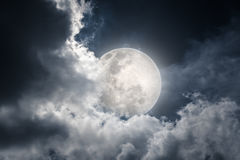 Ο νυχτερινός ουρανός με το νεφελώδες και φωτεινό φεγγάρι θα έκανε μια μεγάλη ΤΣΕ Στοκ Εικόνες