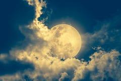 Ο νυχτερινός ουρανός με το νεφελώδες και φωτεινό φεγγάρι θα έκανε μια μεγάλη ΤΣΕ Στοκ εικόνες με δικαίωμα ελεύθερης χρήσης