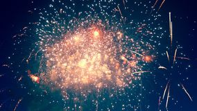 Ο νυχτερινός ουρανός παίρνει ακτινοβολημένος από τα πολύχρωμα πυροτεχνήματα απόθεμα βίντεο