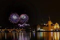 Ο νυχτερινός ουρανός της Πράγας πυροτεχνημάτων παρουσιάζει στοκ φωτογραφία