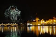 Ο νυχτερινός ουρανός της Πράγας πυροτεχνημάτων παρουσιάζει στοκ φωτογραφίες