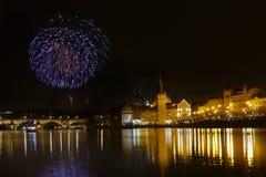 Ο νυχτερινός ουρανός της Πράγας πυροτεχνημάτων παρουσιάζει στοκ εικόνες