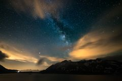 Ο νυχτερινός ουρανός Astro, γαλακτώδη αστέρια γαλαξιών τρόπων πέρα από τις Άλπεις, θυελλώδης ουρανός, κίνηση καλύπτει, χιονοσκεπε στοκ εικόνα με δικαίωμα ελεύθερης χρήσης
