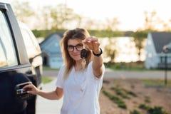 Ο ξανθός έφηβος λαμβάνει ένα αυτοκίνητο όπως παρόν Στοκ φωτογραφία με δικαίωμα ελεύθερης χρήσης