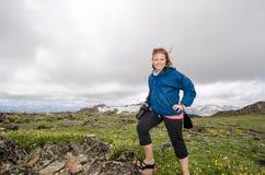 Ο ξανθός θηλυκός τουρίστας φωτογράφων στέκεται tundra στην υψηλή περιοχή ανύψωσης της Μοντάνα στοκ φωτογραφία