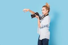 Ο ξανθός φωτογράφος γυναικών επιδεικνύει πώς να θέσει Στοκ Εικόνα