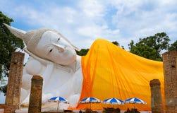 Ο ξαπλώνοντας λευκός Βούδας στο ναό Wat khunin, Angthong, Ταϊλάνδη Στοκ φωτογραφία με δικαίωμα ελεύθερης χρήσης