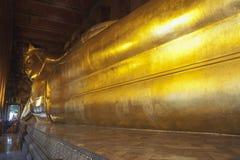 Ο ξαπλώνοντας Βούδας στο ναό Wat Po Στοκ Εικόνες