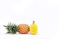 Ο ξεφλουδισμένος ανανάς και ο φρέσκος ώριμος ανανάς απομονώνουν το γλυκό γούστο στα άσπρα τρόφιμα φρούτων ανανά υποβάθρου υγιή Στοκ φωτογραφία με δικαίωμα ελεύθερης χρήσης
