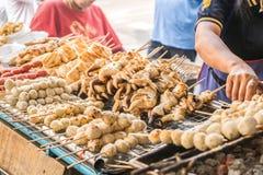 Ο ξυλάνθρακας έψησε το brochette τροφίμων για την πώληση στη σχάρα σε μια τοπική αγορά στη Μπανγκόκ, Ταϊλάνδη στοκ φωτογραφίες