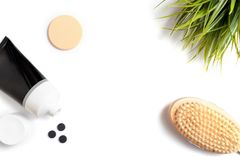 Ο ξυλάνθρακας τρίβει, μέσο καθαρισμού ή μάσκα για φυσικός οργανικός να καθαρίσει και φροντίδα δέρματος στο άσπρο υπόβαθρο με το δ στοκ φωτογραφία με δικαίωμα ελεύθερης χρήσης