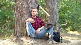 Ο ξυλοκόπος που δουλεύει σε ένα δάσος Όμορφος άντρας με τσεκούρι Ισχυρός άνδρας ξυλοκόπος με τσεκούρι σε πλακάτο πουκάμισο Λούμπε απόθεμα βίντεο