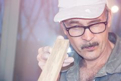 Ο ξυλουργός ελέγχει την επιτροπή Στοκ Εικόνες