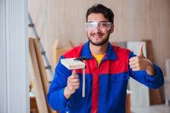 Ο ξυλουργός επισκευαστών yooung που εργάζεται με τη ζωγραφική χρωμάτων Στοκ φωτογραφία με δικαίωμα ελεύθερης χρήσης