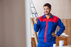 Ο ξυλουργός επισκευαστών yooung που εργάζεται με τη ζωγραφική χρωμάτων Στοκ εικόνες με δικαίωμα ελεύθερης χρήσης