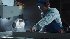 Ο ξυλουργός εργάζεται σε μια πριονίζοντας μηχανή Στοκ φωτογραφίες με δικαίωμα ελεύθερης χρήσης