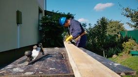 Ο ξυλουργός κάνει τα σημάδια εν πλω φιλμ μικρού μήκους